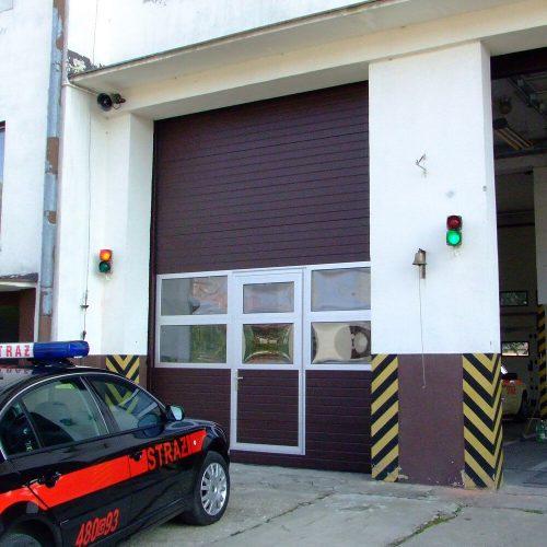 Brama ST40 z przeszkleniem Aludoor i drzwiami serwisowymi