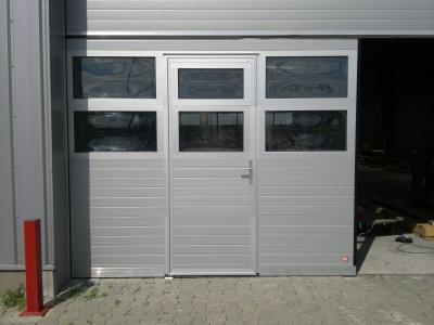 Drzwi serwisowe w bramie